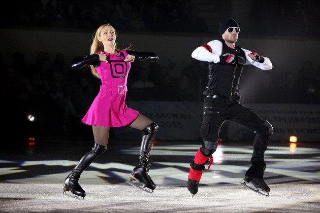 После завершения спортивной карьеры Татьяна Навка и Роман Костомаров продолжают кататься вместе. На фото фигуристы в ледовом шоу «Одноклассники», 2020 год