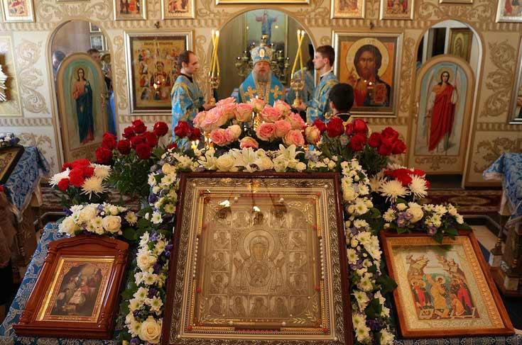 поставить свечу иконе дня или праздника