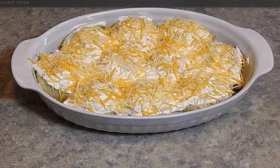 посыпаем колобки сыром