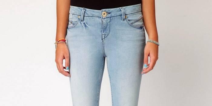 Потертости на женских джинсах