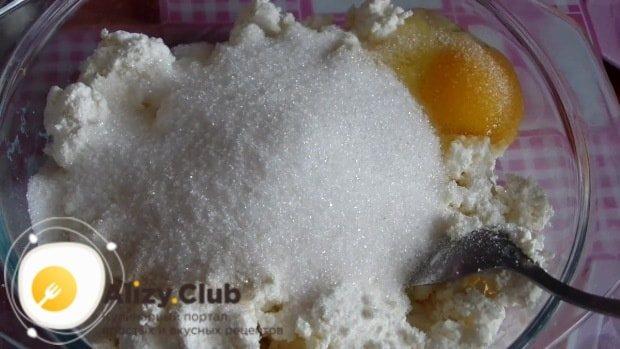 Поверх творога разбиваем два куриных яйца