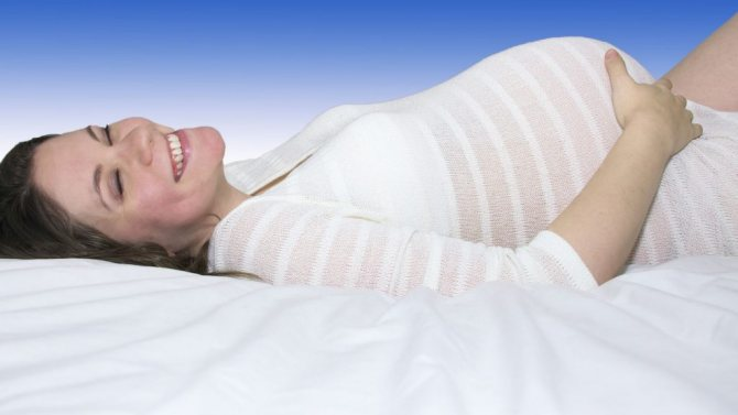 поза для беременной на боку