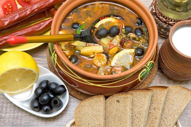 При подаче на стол не забудьте украсить солянку маслинами и лимоном, который придает ей свежий вкус и тонкий аромат