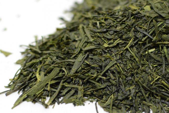 При приготовлении зеленого чая, органические вещества, содержащиеся в листьях, не распадаются