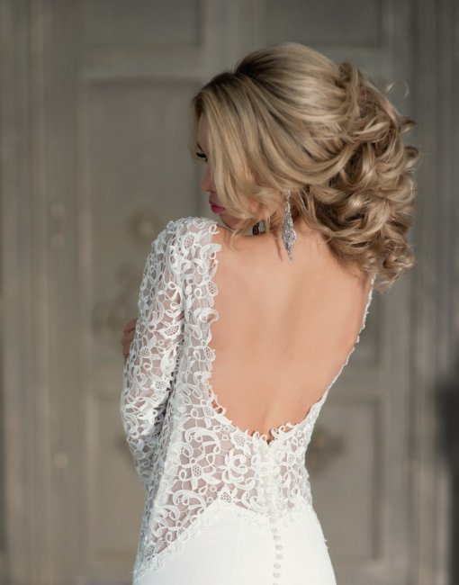 Причёска для платья с открытой спиной