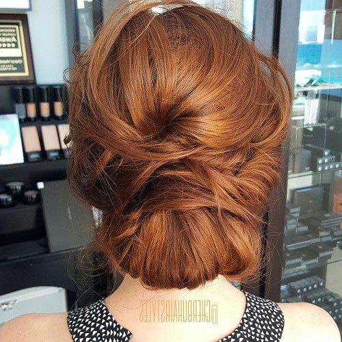 Прическа на средние волосы булочка с корицей синнабон