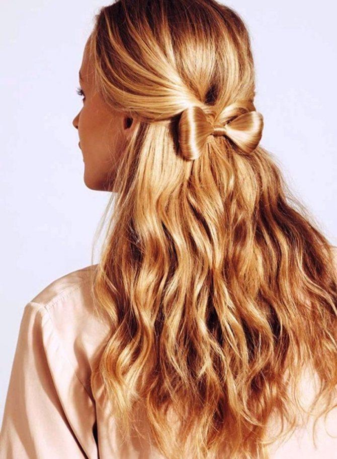 Прическа в бантом и распущенными волосами