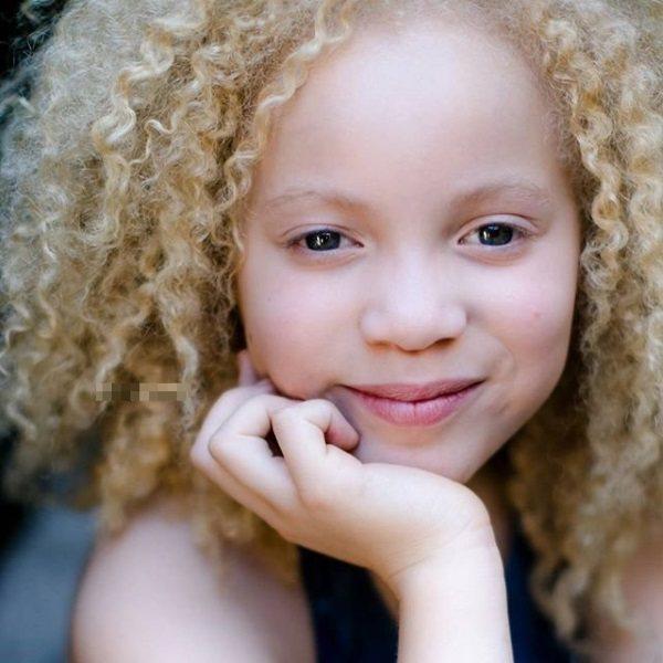 Прически для девочки с кудрями на длинные волосы, с косой, диадемой, короной, жгутиками. Как сделать пошагово с фото. Видео-уроки
