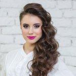 Прически на бок – 58 стильных вариантов для любой длины волос