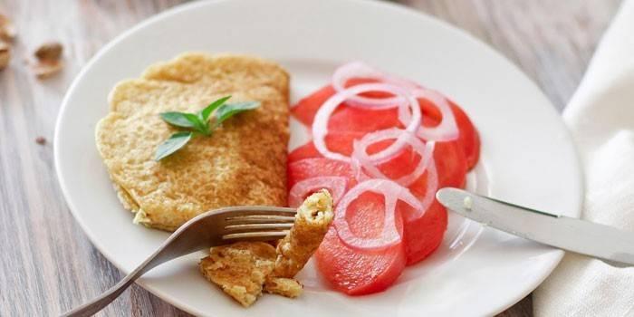 Приготовленный на сухой сковородке омлет с помидорным салатом