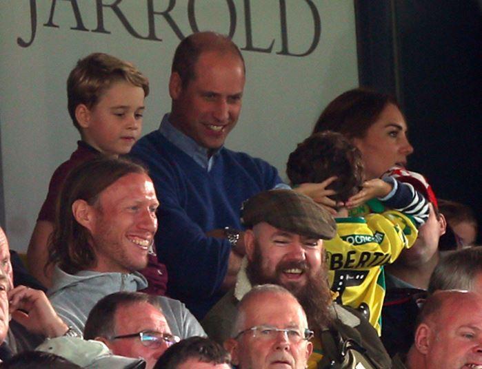 Принц Уильям и принц Джордж на футболе. Фото