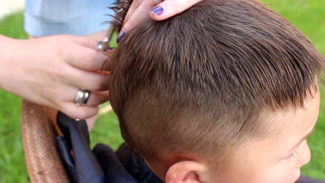 процесс стрижки мальчика