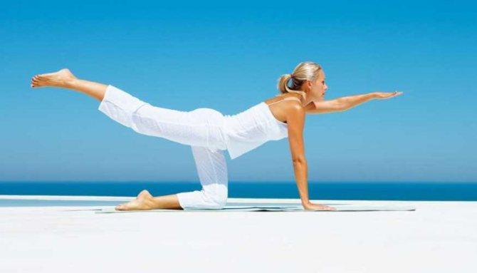 Простая утренняя зарядка йоги для хорошего самочувствия