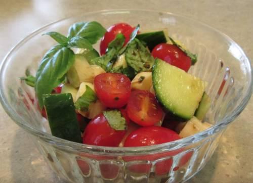 Простой и вкусный салат Капрезе с огурцами