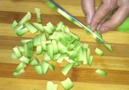 Простой салат с авокадо, креветками и помидорами