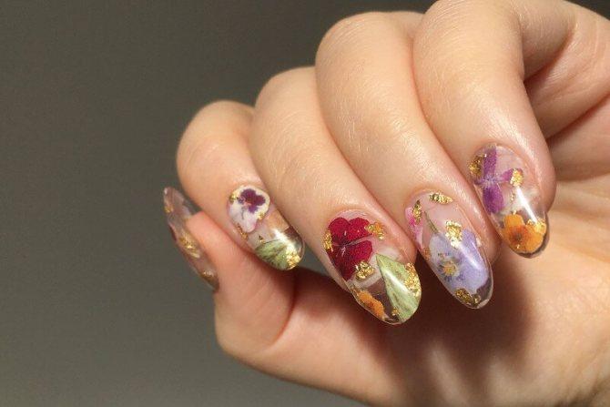 Прозрачные ногти с цветами