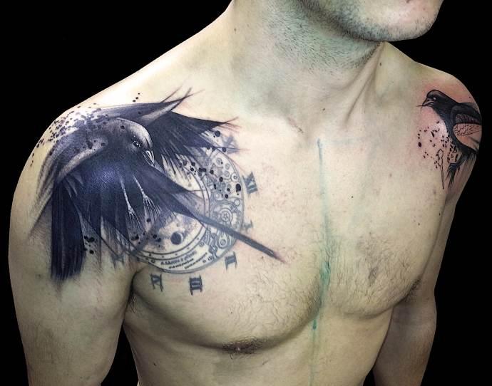 птица на плече у мужчины