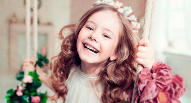радостная девочка с красивой прической