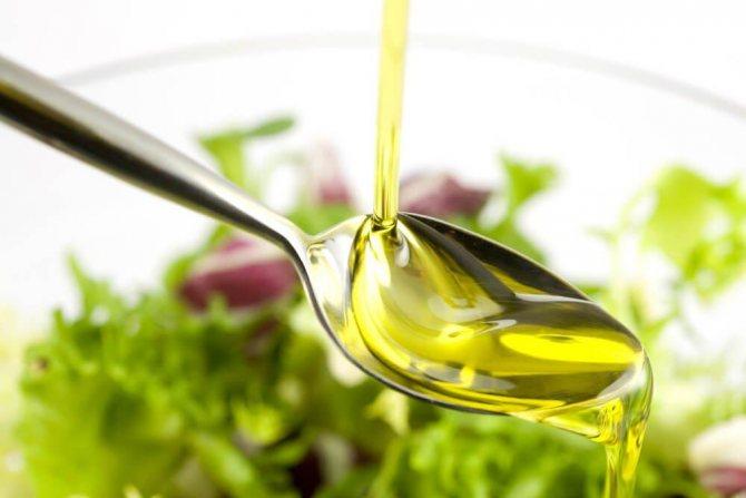 растительное масло стекает на ложку