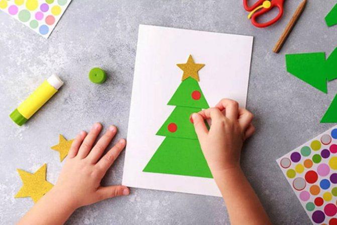 Ребенок делает новогоднюю аппликацию