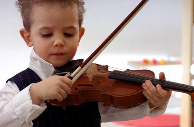 Ребенок на скрипке
