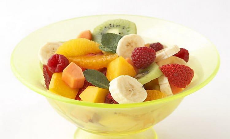 Рецепт фруктового салата очень прост.
