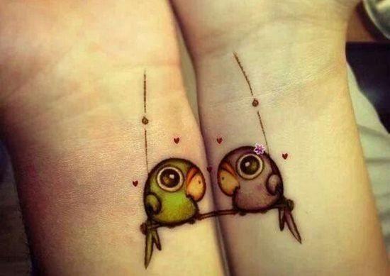 Рисунки на руках попугаи для влюбленных