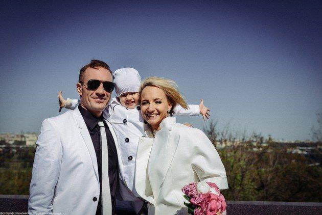 Роман Костомаров и Оксана Домнина с дочерью Анастасией