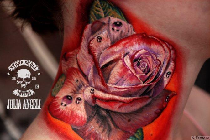 роза красная на шее