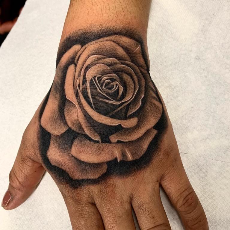Роза на кулаке