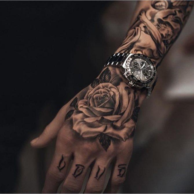 Роза на руке