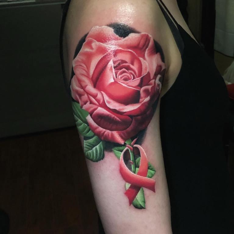 Розовая роза на плече