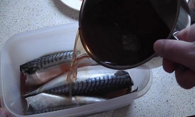Рыбу заливаем маринадом