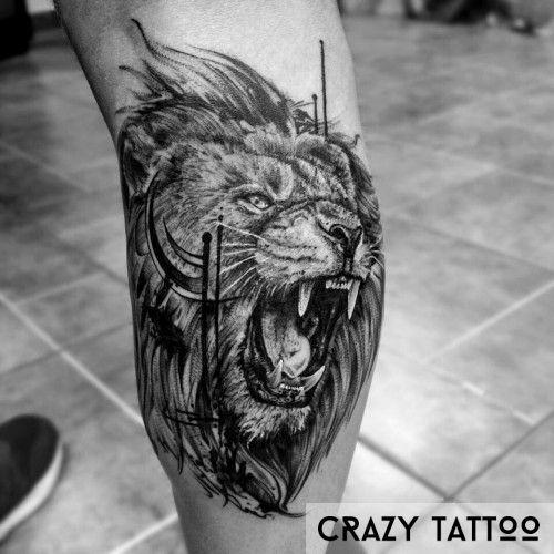 Рычащий лев на ноге, тату в Crazy Tattoo
