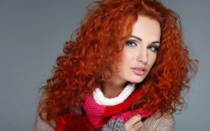 рыжеволосая девушка с коричневыми бровями