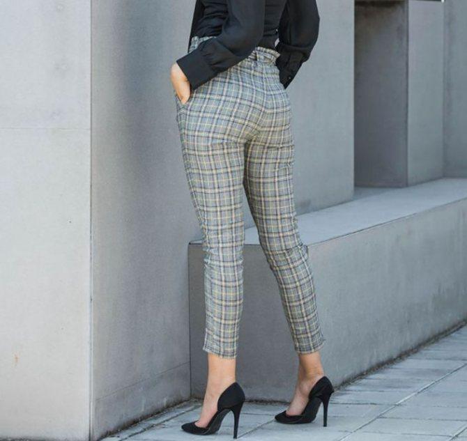 С чем носить женские брюки в клетку - фото модных луков
