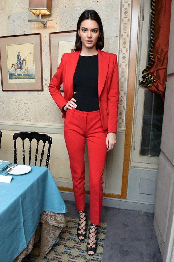 С чем сочетается красный цвет в одежде