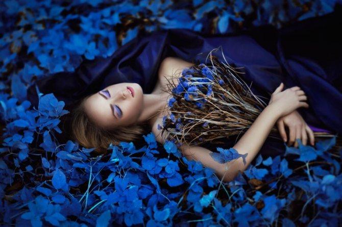 С чем сочетается синий цвет в одежде женщины: фото стильных образов