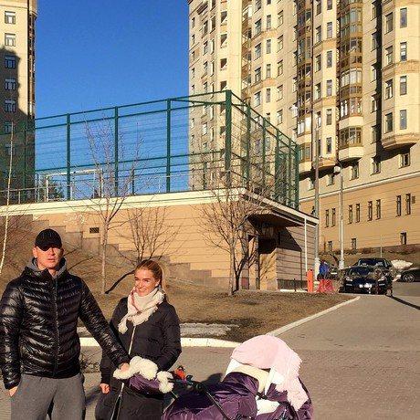 С отцом Теоны, бизнесменом Курбаном Омаровым, Ксения Бородина сейчас совсем не общается