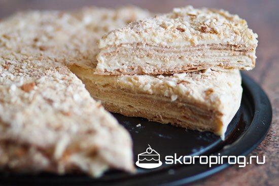 С помощью сметанного крема можно прослоить коржи торта