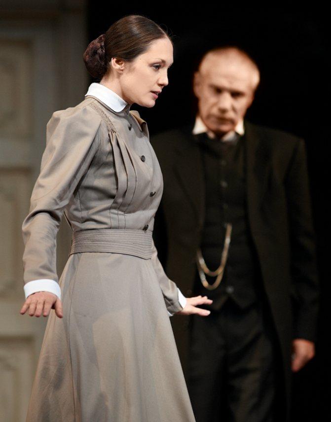 С «Вишневым садом» у актрисы «долгий роман»: сначала она исполняла роль Ани, а сейчас уже играет Варю