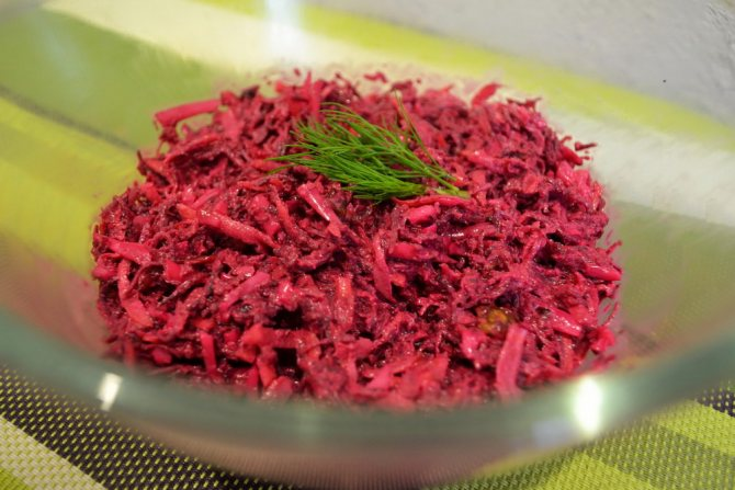 Салат из сырой свеклы с карамелизированным луком