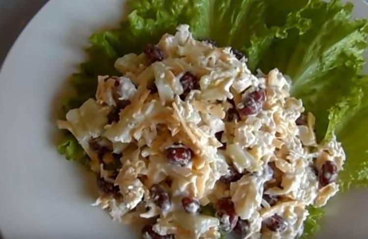 Салат с фасолью и сухариками с курицей