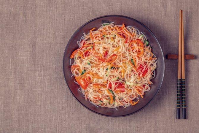Салат с фунчозой и овощами: рецепт