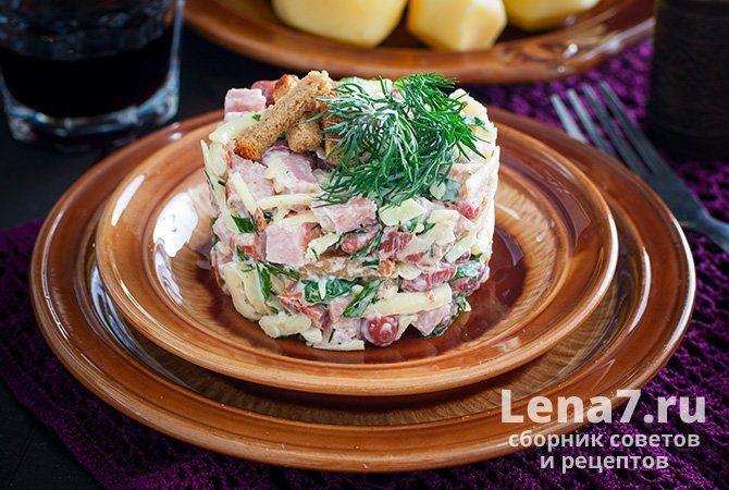 Салат с кириешками, ветчиной и фасолью