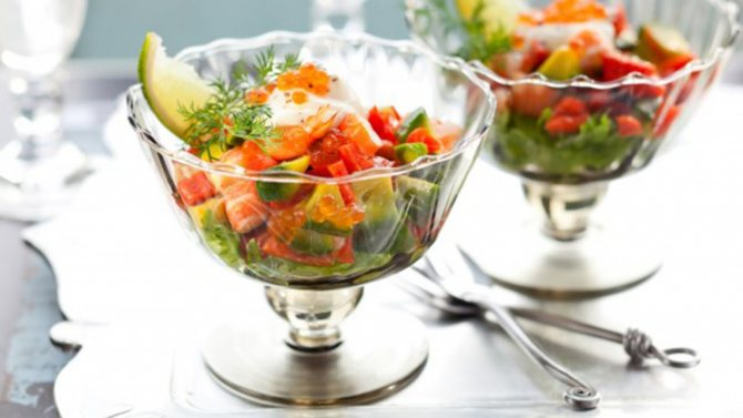 Салат с креветками, авокадо и помидорами Фото