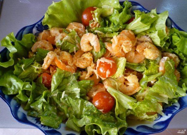 Салат с креветками и помидорами черри