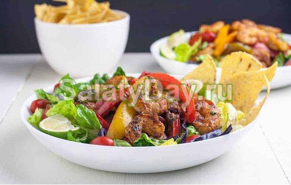 Салат с креветками, пекинской капустой и медово-лимонной заправкой