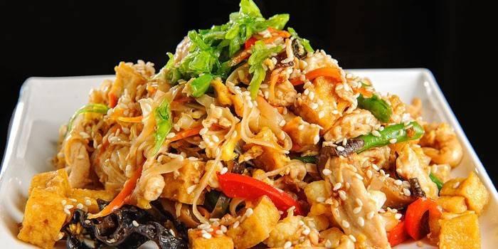 Салат с кускусом, рисовой лапшой и куриным мясом