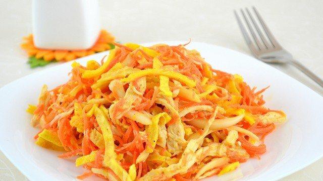 салат с омлетной лентой и колбасой